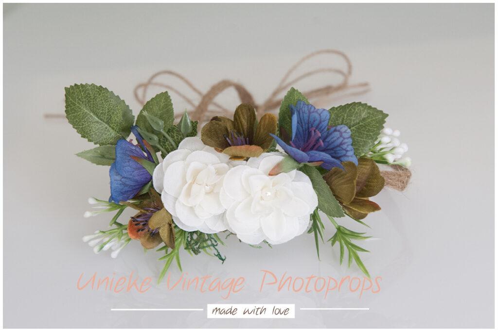 Bloemenkrans blauw met witte bloemen