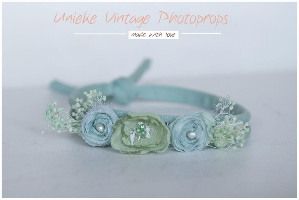 Tieback wild flowers op licht oud groen